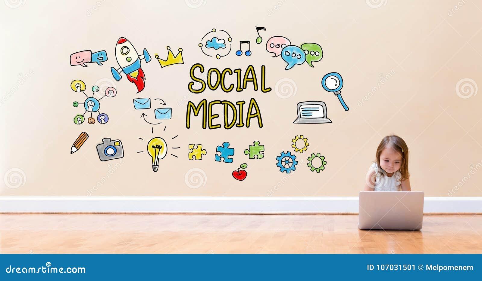 Социальные средства массовой информации отправляют СМС при маленькая девочка используя портативный компьютер