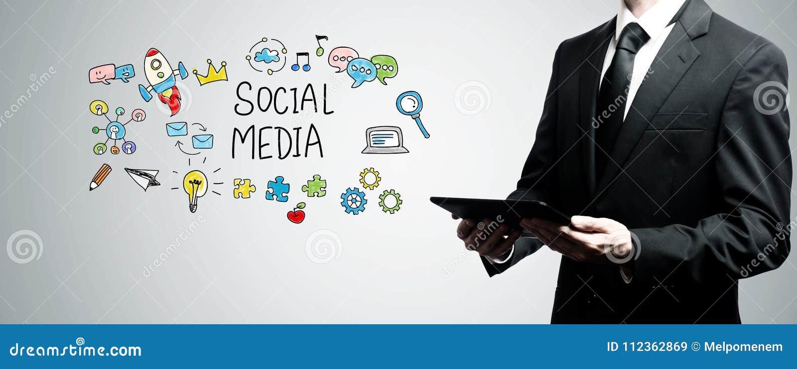 Социальные средства массовой информации при человек держа планшет