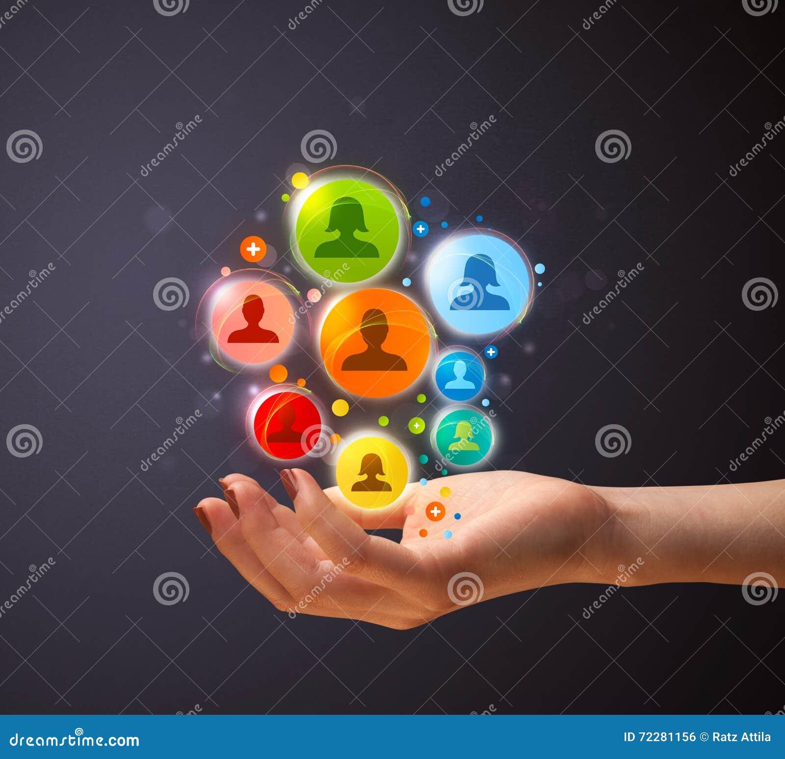Download Социальные значки сети в руке женщины Стоковое Фото - изображение насчитывающей рука, группа: 72281156