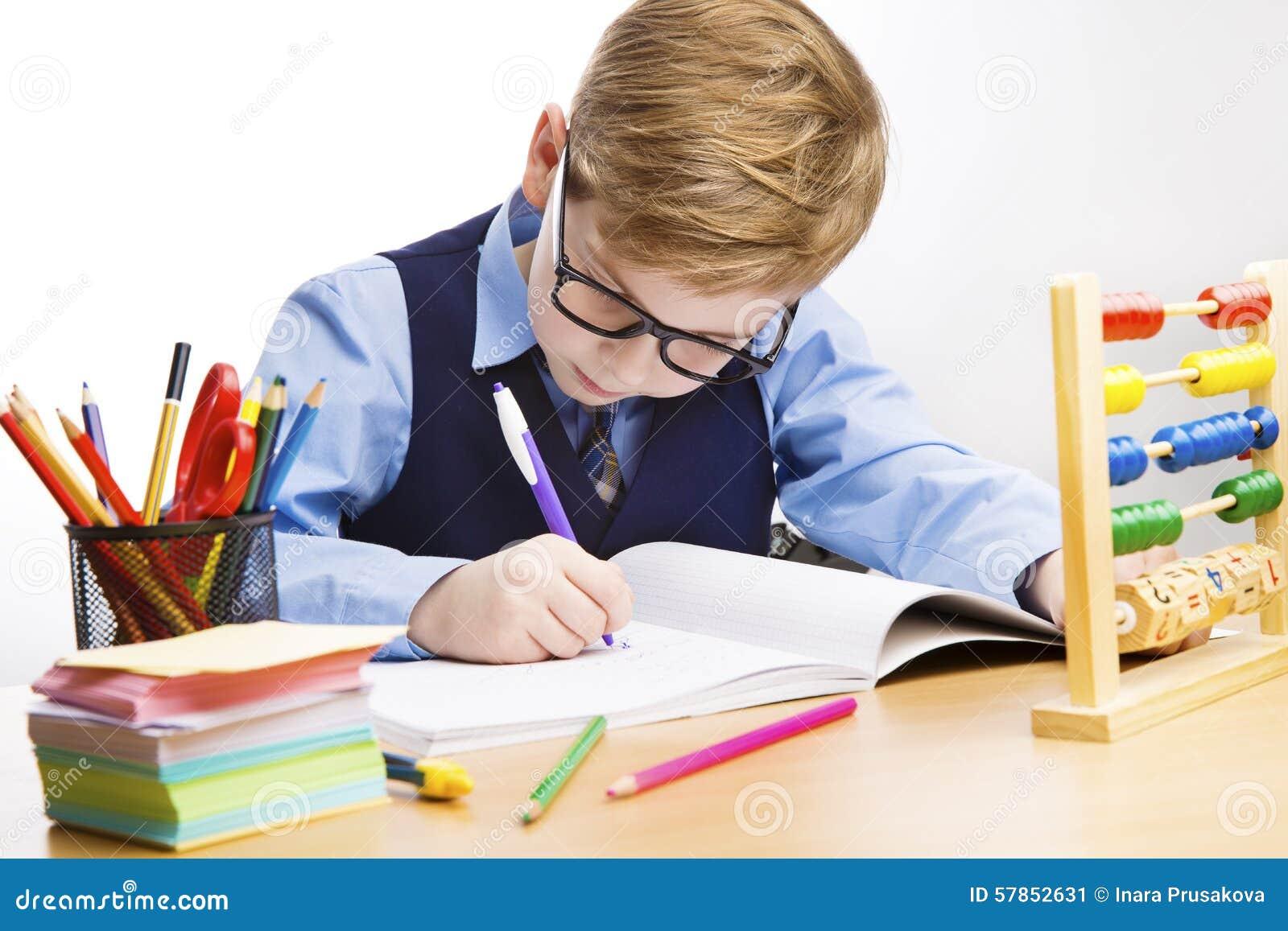 Сочинительство ребенк школы, ребенок студента учит в классе, молодом мальчике внутри