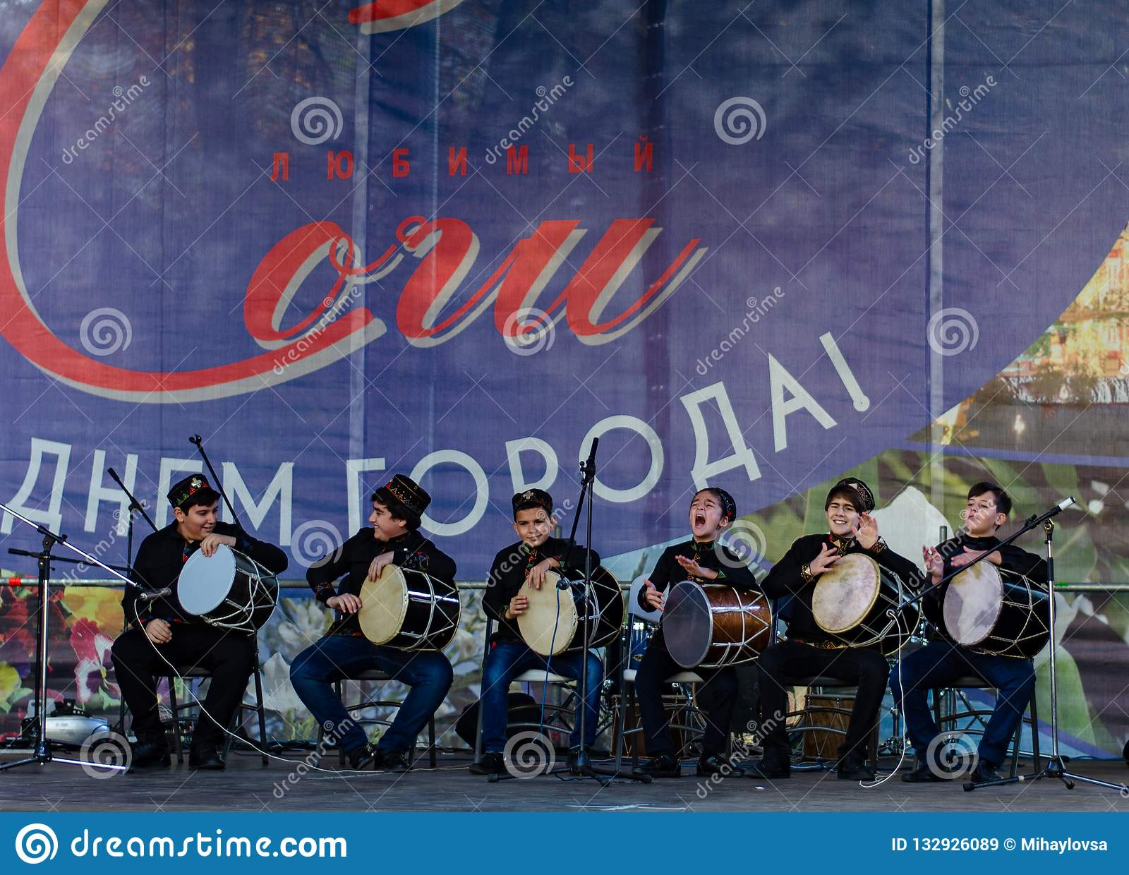 Сочи Россия - 24-ое ноября 2018: представление творческой команды на фестивале предназначенном ко дню города Сочи