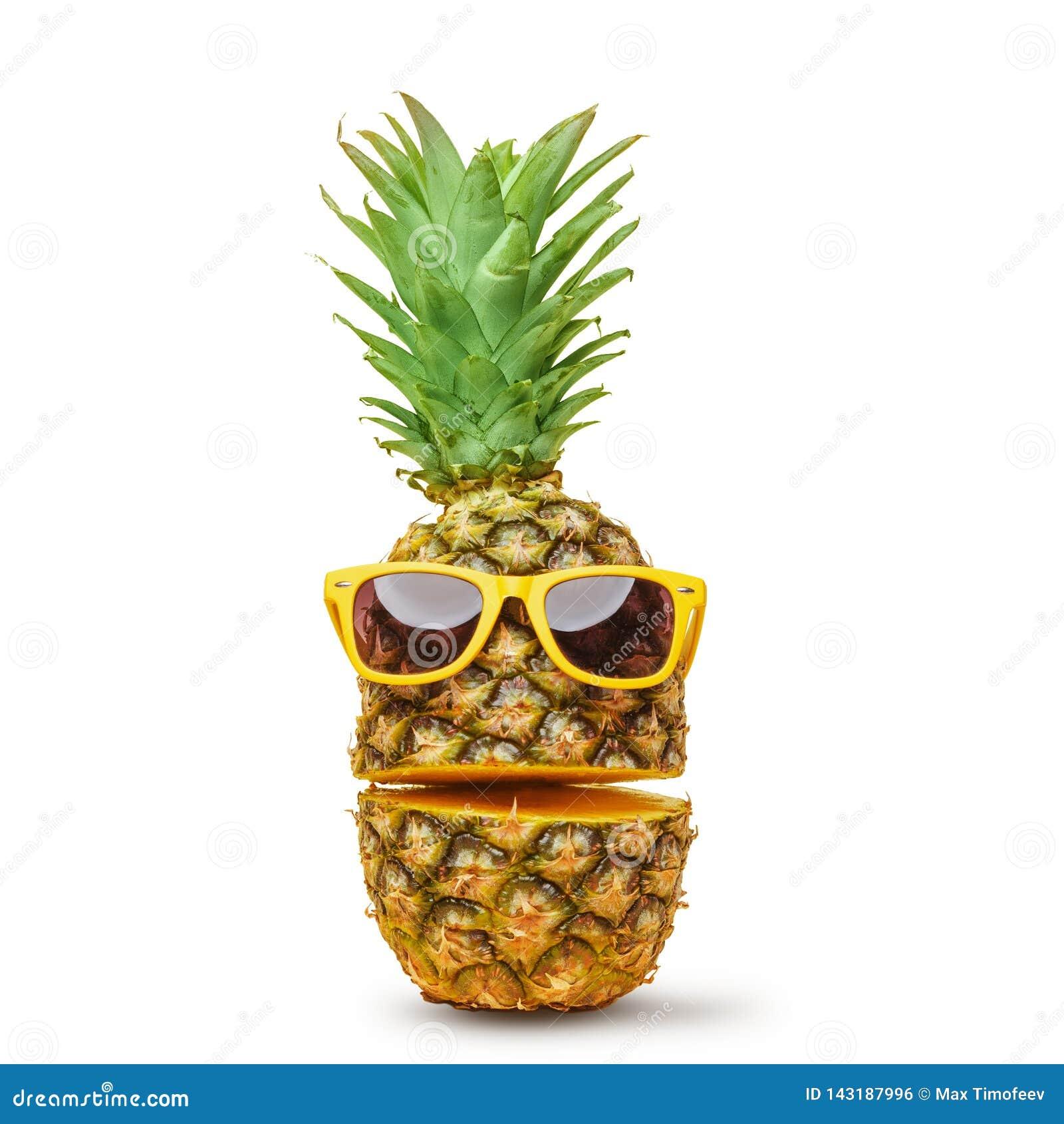 Сочный ананас в солнечных очках, отрезок в части на белой предпосылке Настроение лета o