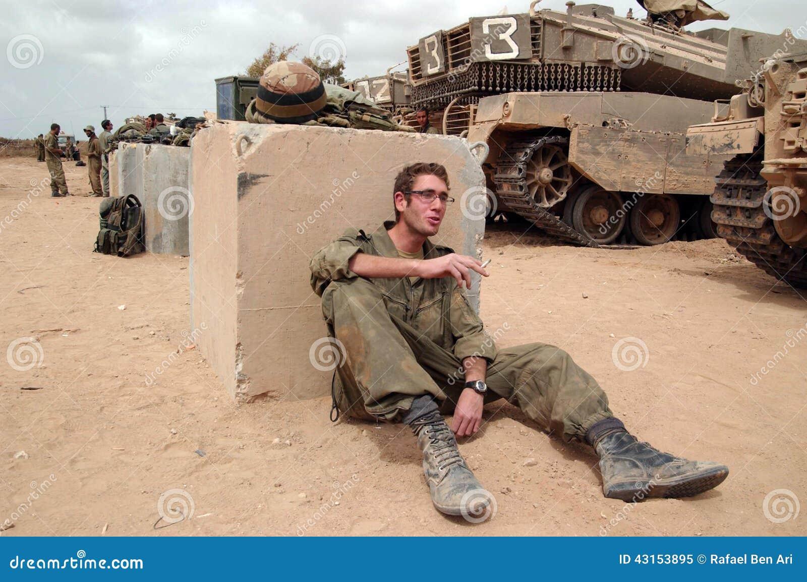 Солдаты израильской армии отдыхая во время прекращения огня
