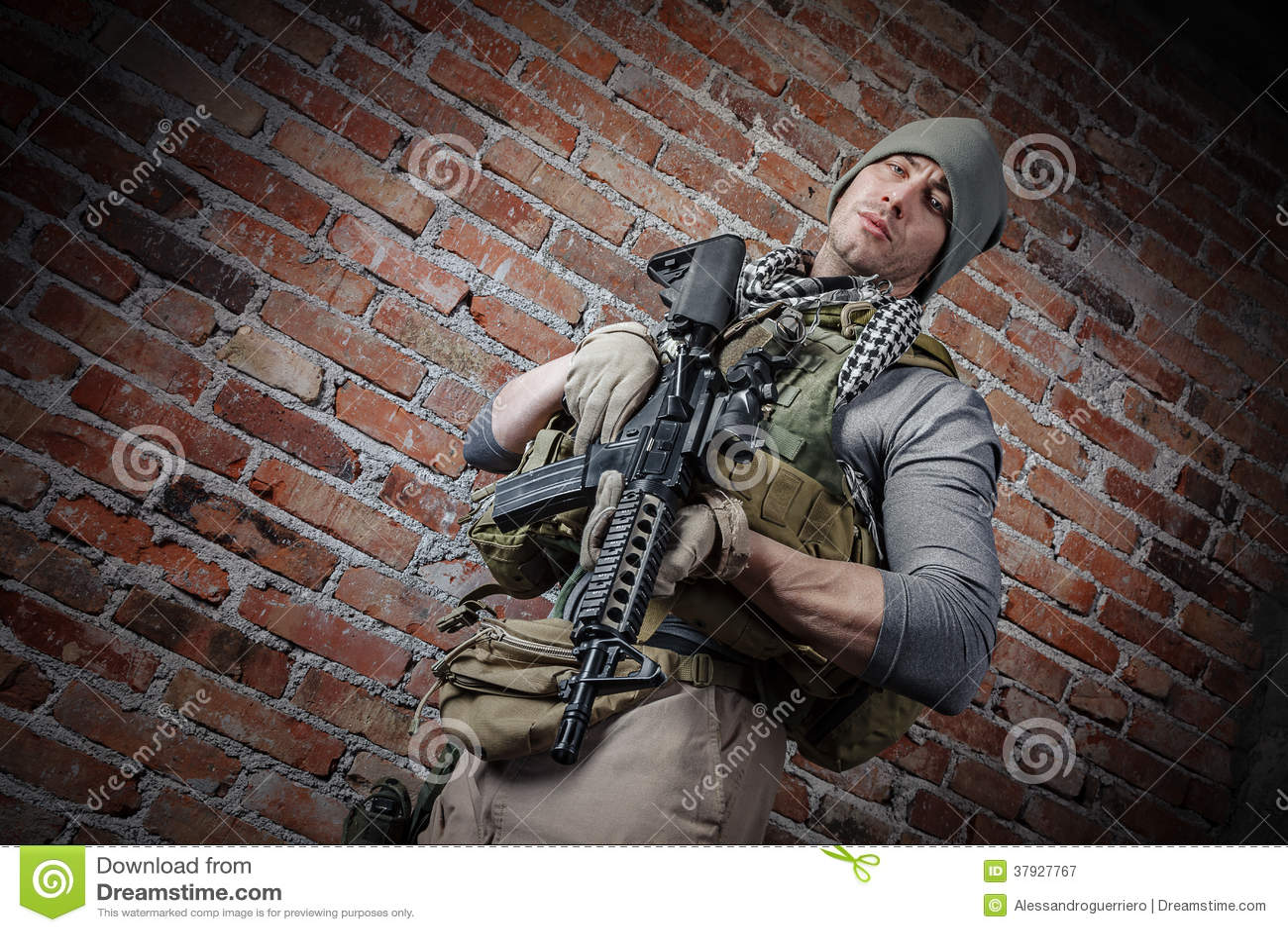 Солдат при винтовка смотря камеру