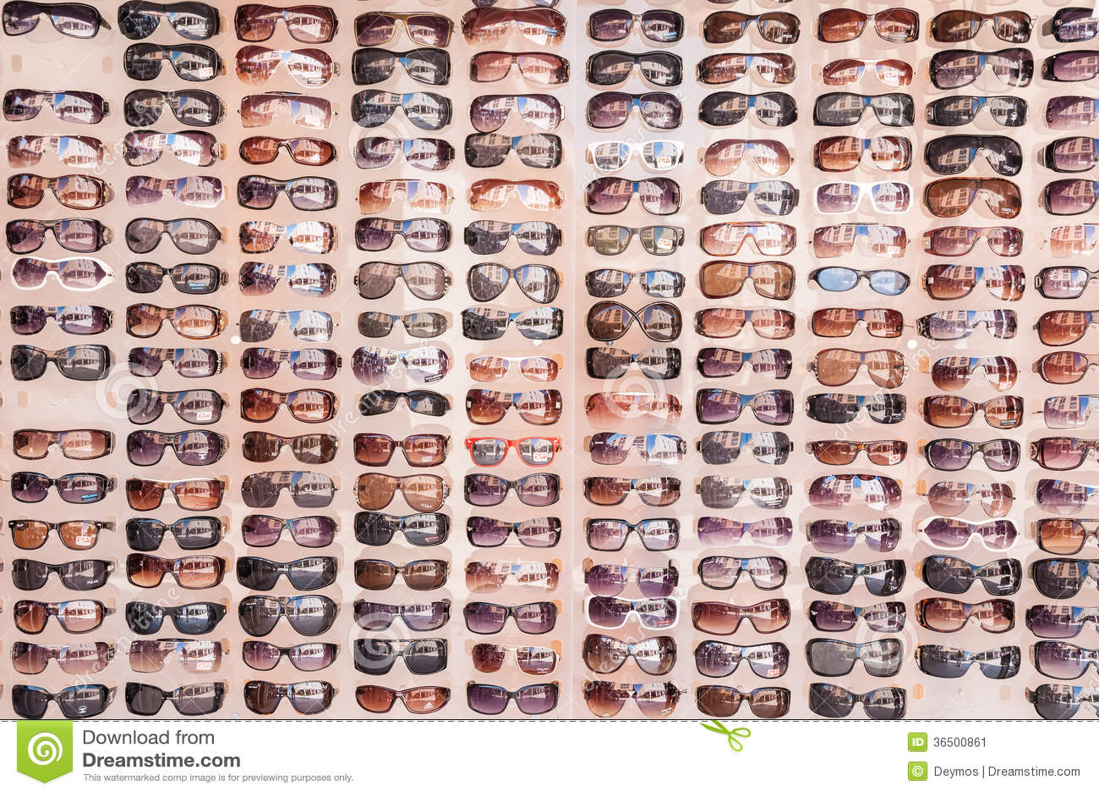 Солнечные очки на дисплее на рынке