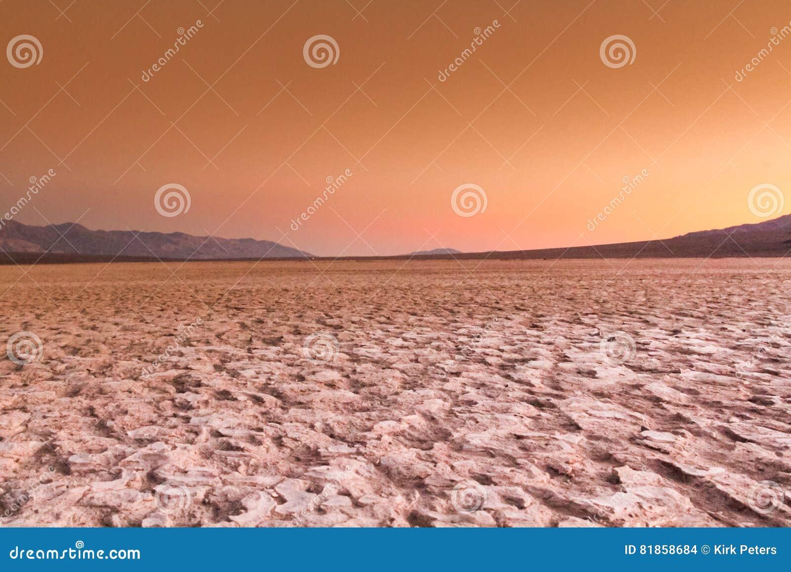Солнце идя вниз над полом пустыни