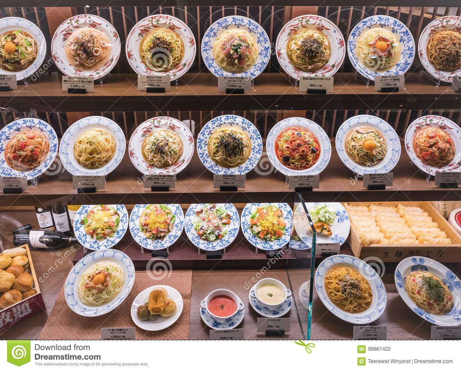 Спагетти дисплея еды Японии покрывает итальянский японский ресторан сплавливания
