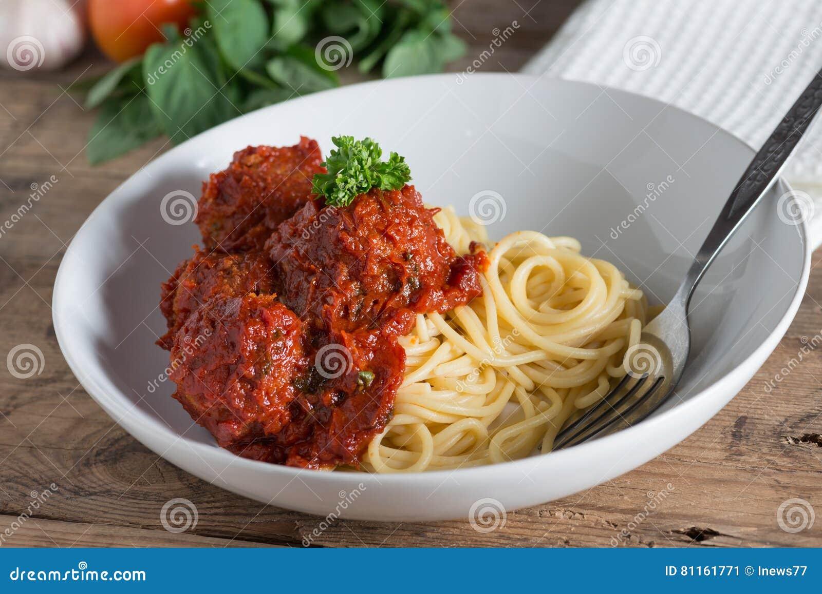 Спагетти и фрикадельки в белой плите