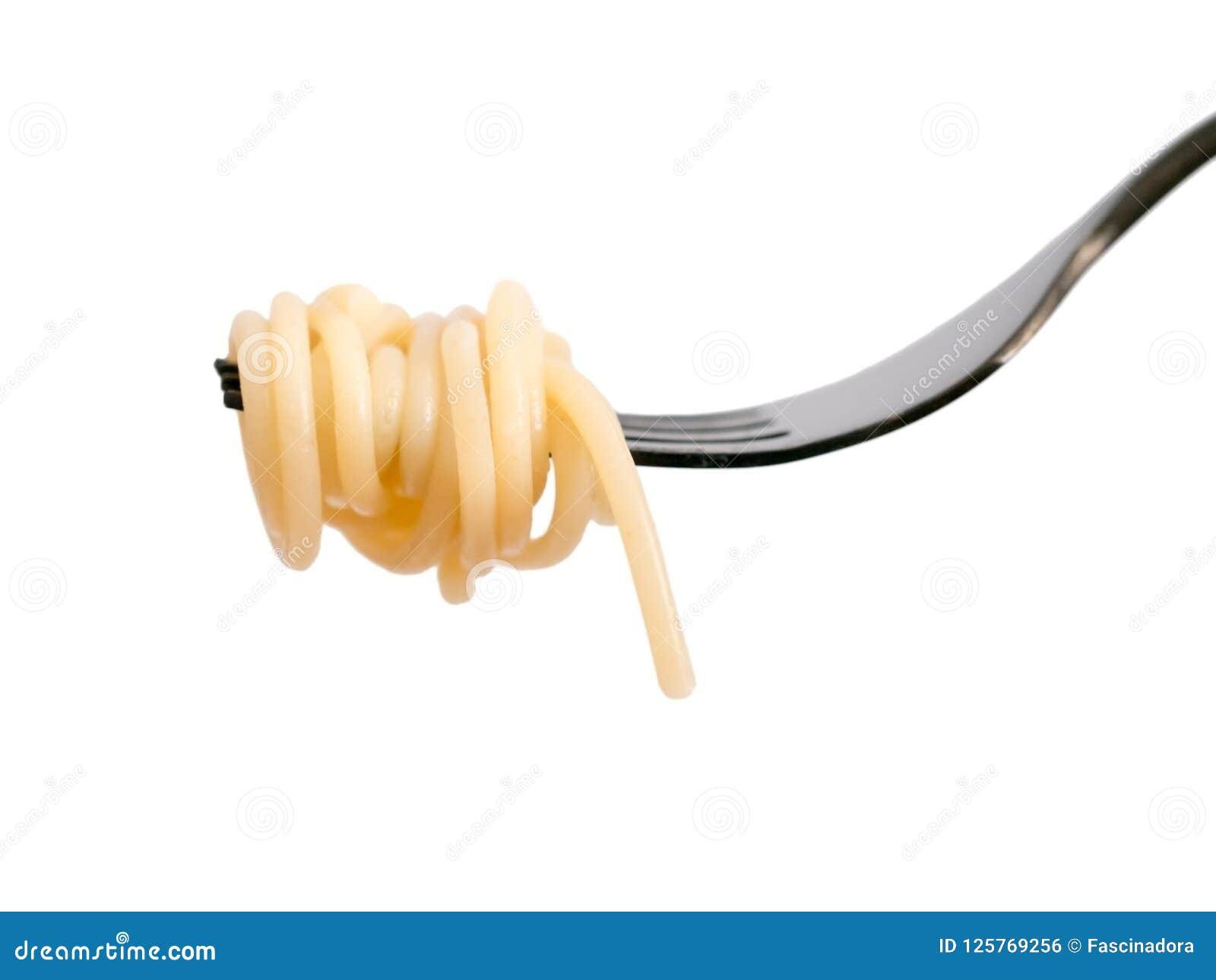 Спагетти на черной вилке изолированной на белизне