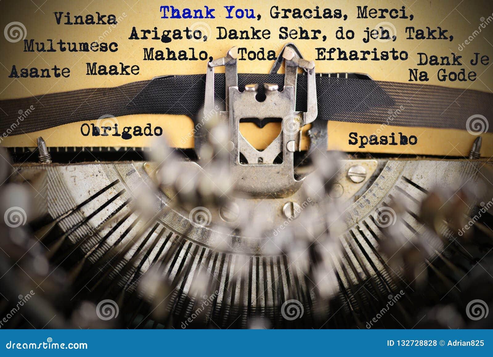 Спасибо в различных языках напечатанное ретро машинкой