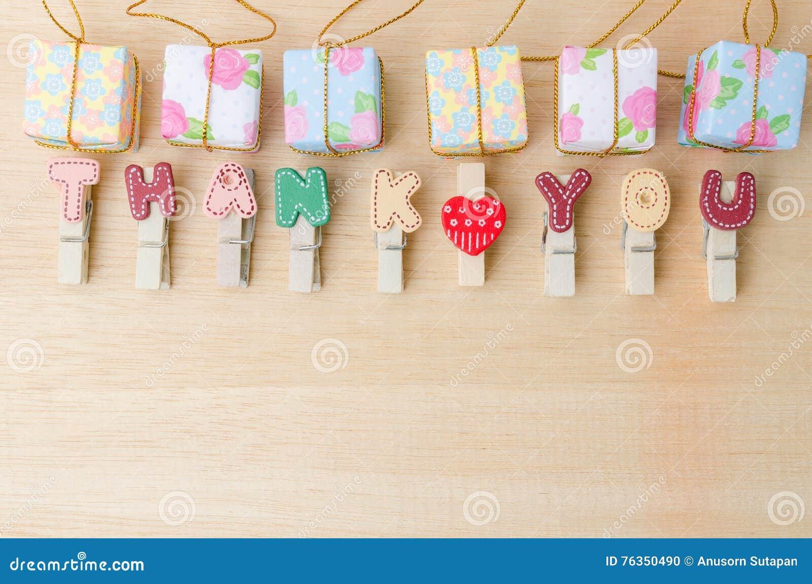 Спасибо слово веревки для белья с подарочными коробками на деревянном столе