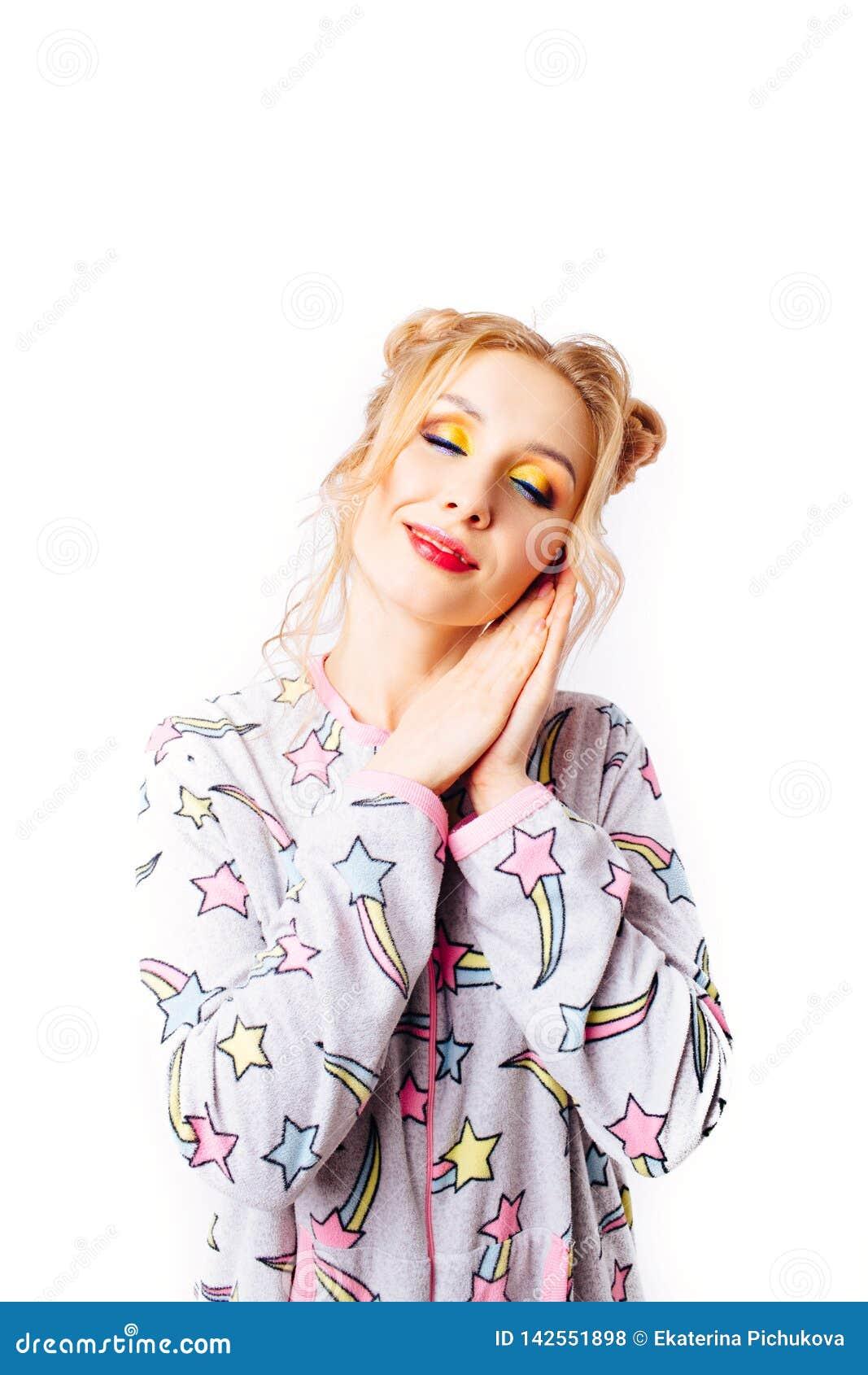 Спать девушка в пижамах