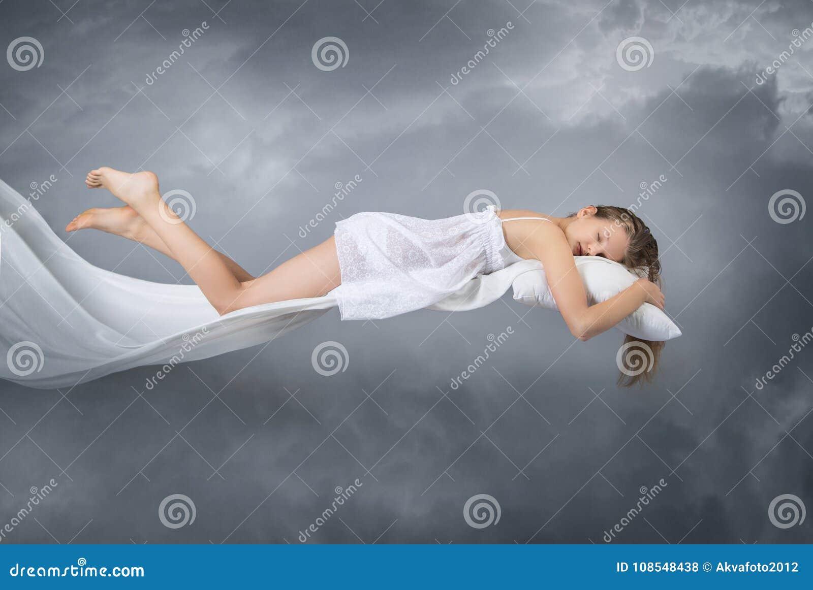 спать девушки мечт летание Облака на серой предпосылке