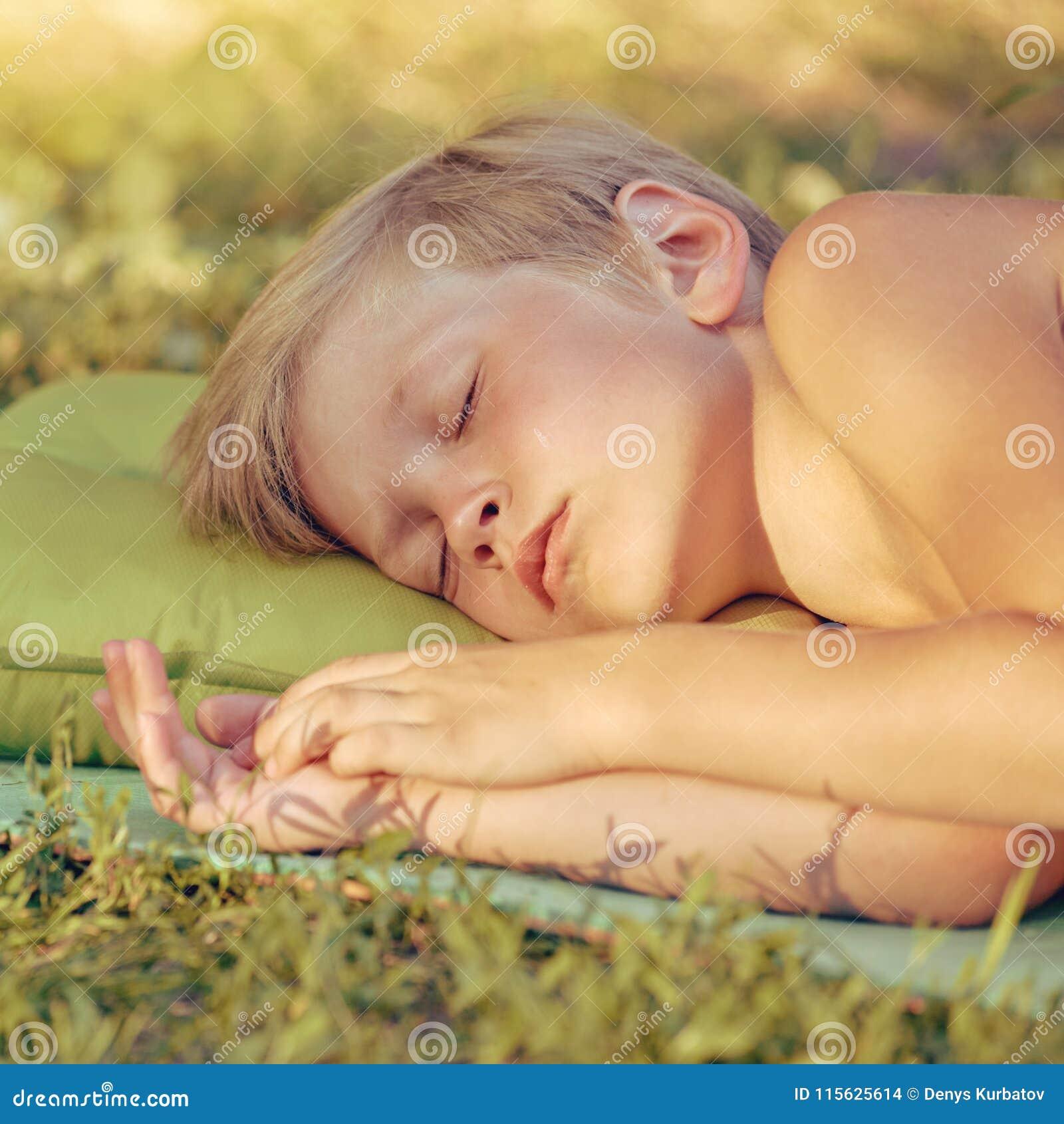 Спать мальчика внешний на туристской подушке