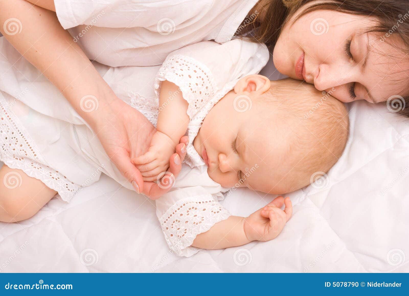 Сынок и спящая мама 30 фотография