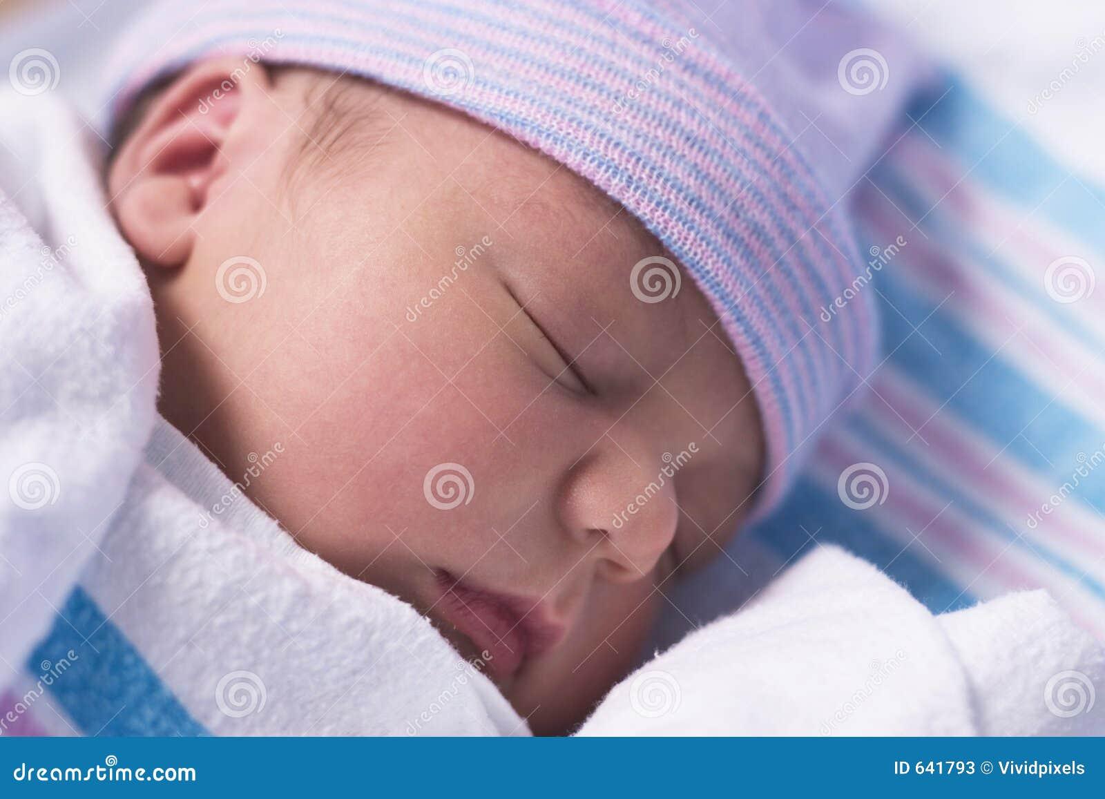 Download спать младенца стоковое изображение. изображение насчитывающей бездействие - 641793