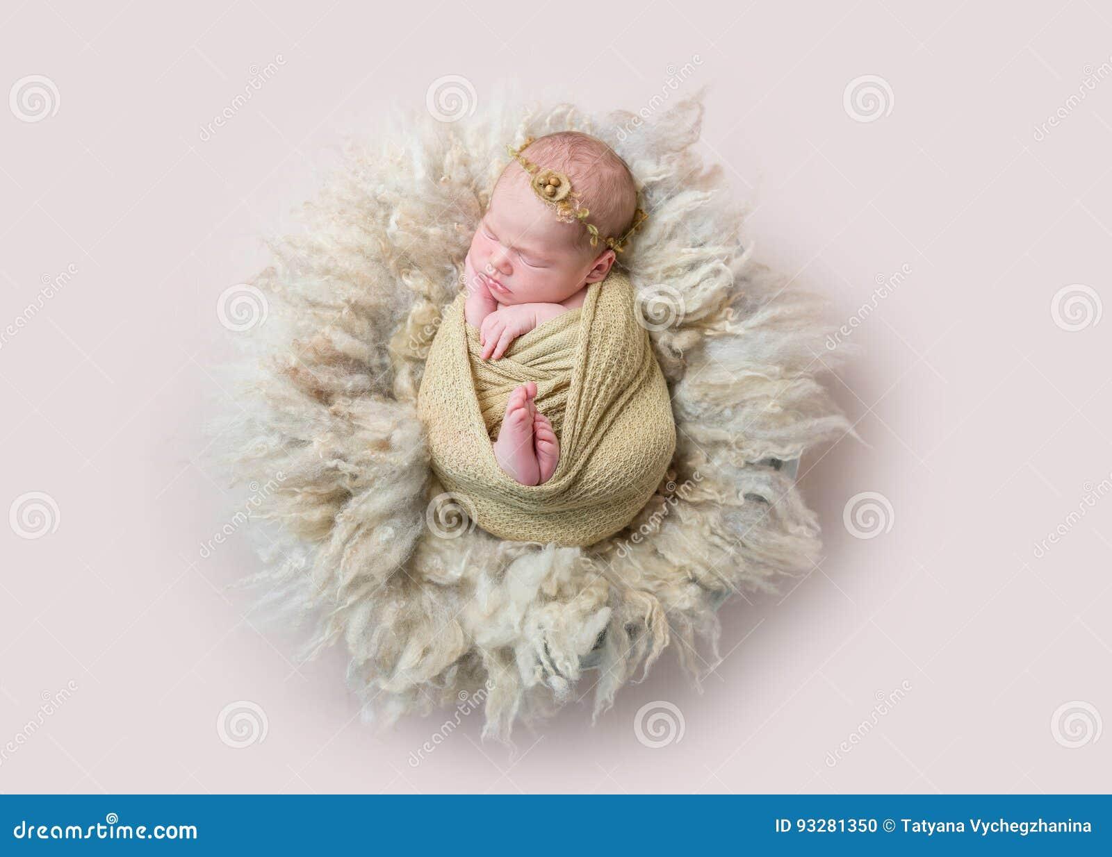 Спать младенца swaddled с игрушкой кролика, topview