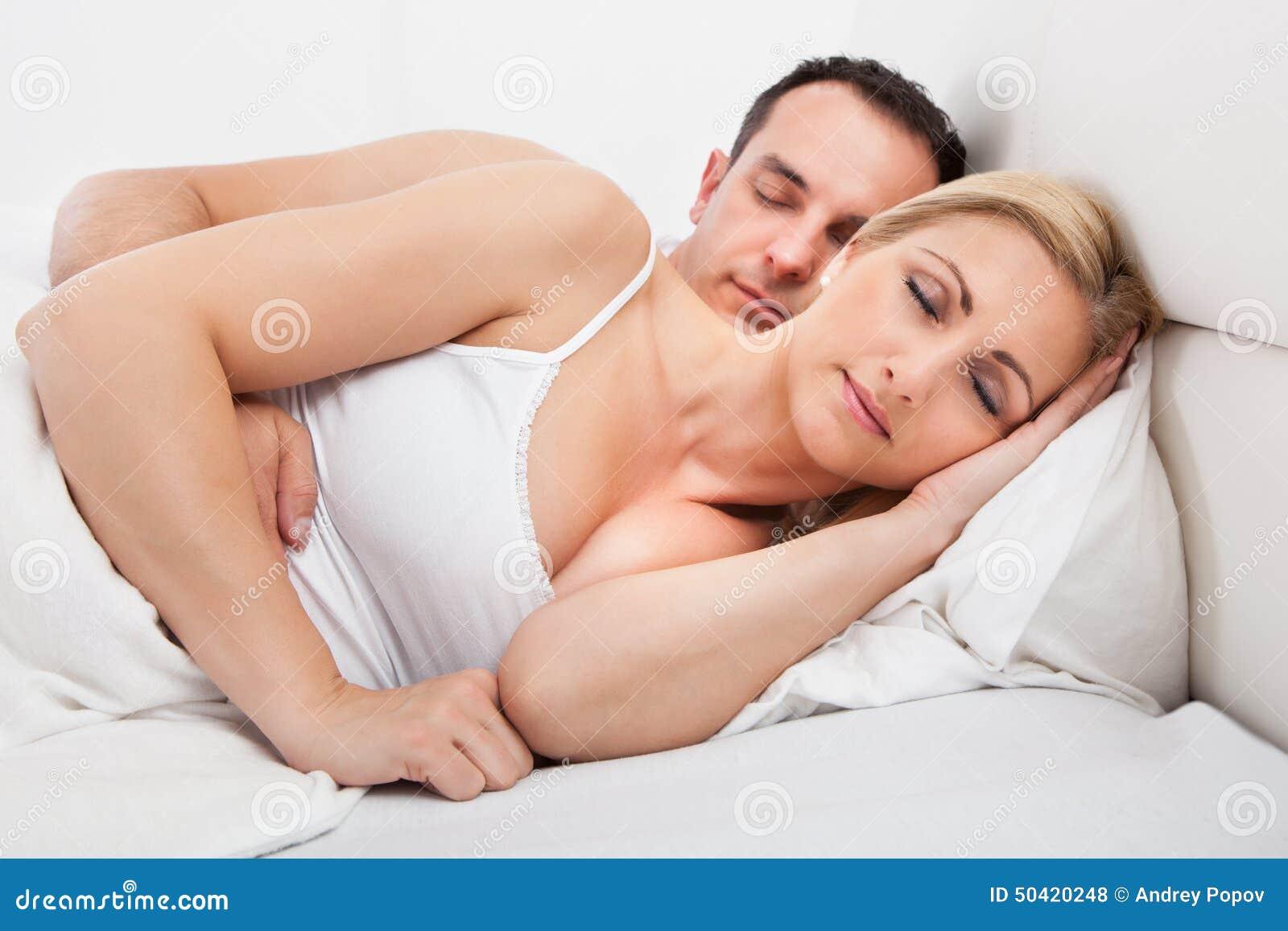 С кузиной в постели, Дядя с удовольствием трахнул кузину, пришедшую с пар 23 фотография