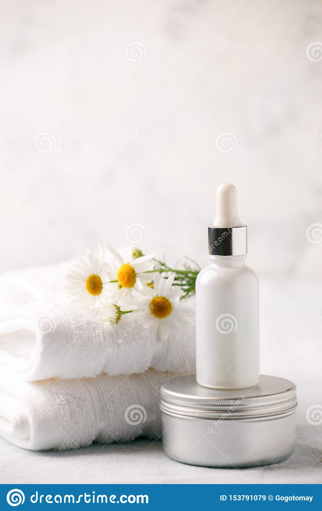 Спа и установка здоровья Состав с цветками стоцвета и косметической бутылкой сыворотки и сливк эфирного масла в нул отходах