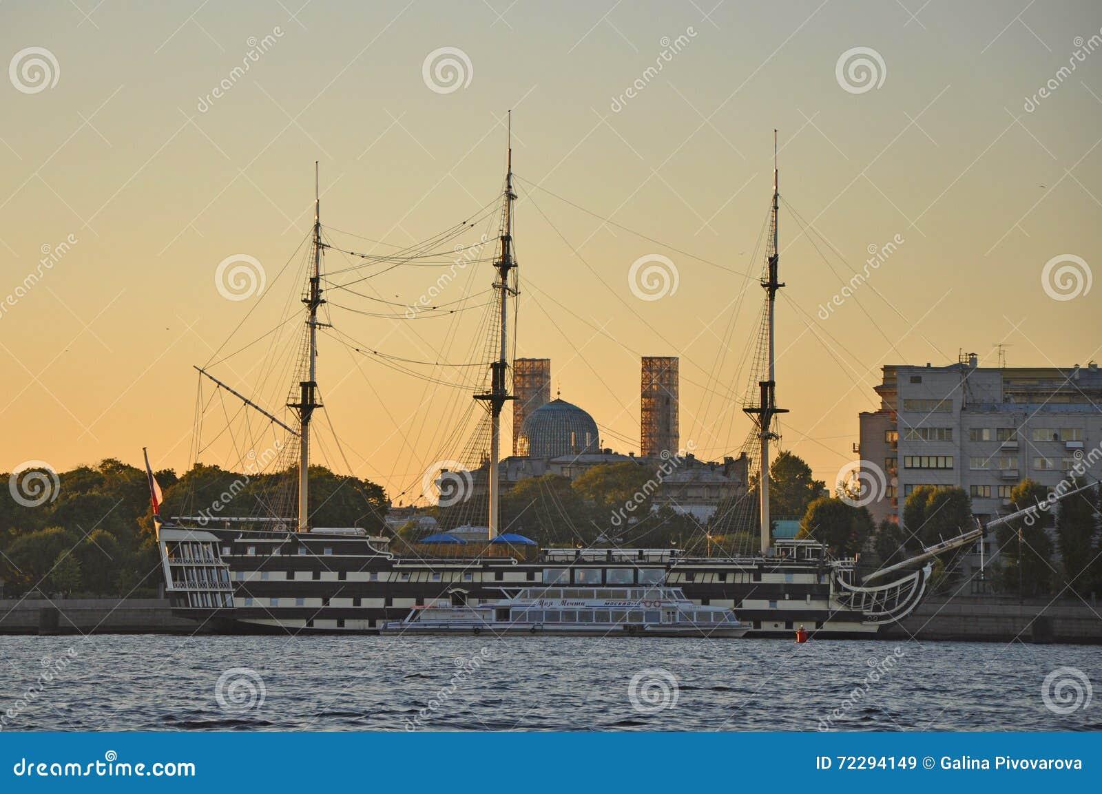 Download Спад на реке Neva в Санкт-Петербурге Редакционное Стоковое Изображение - изображение насчитывающей строя, художничества: 72294149