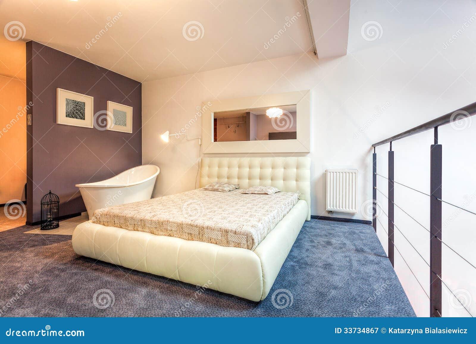 Спальня на просторной квартире