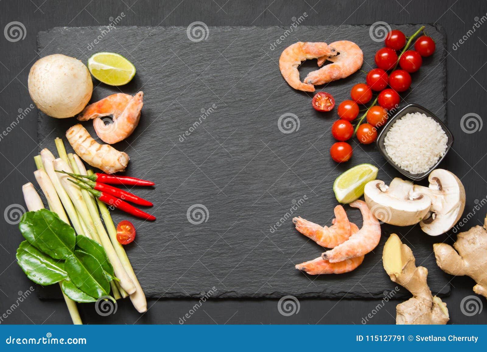 Специальные ингридиенты для популярной тайской пряной известки kung супа Том-yum, galangal, красного chili, томата вишни, лимонно