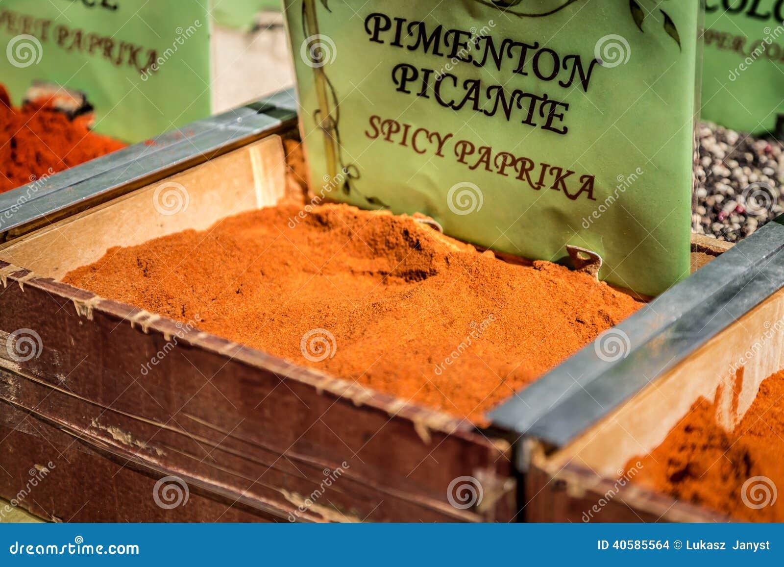 Специи, семена и чай продали в традиционном рынке в Гранаде, s