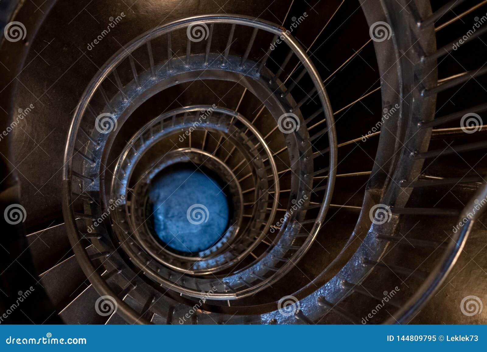 Спиральные лестницы в интерьере музея Zeitz Mocaa современного искусства А