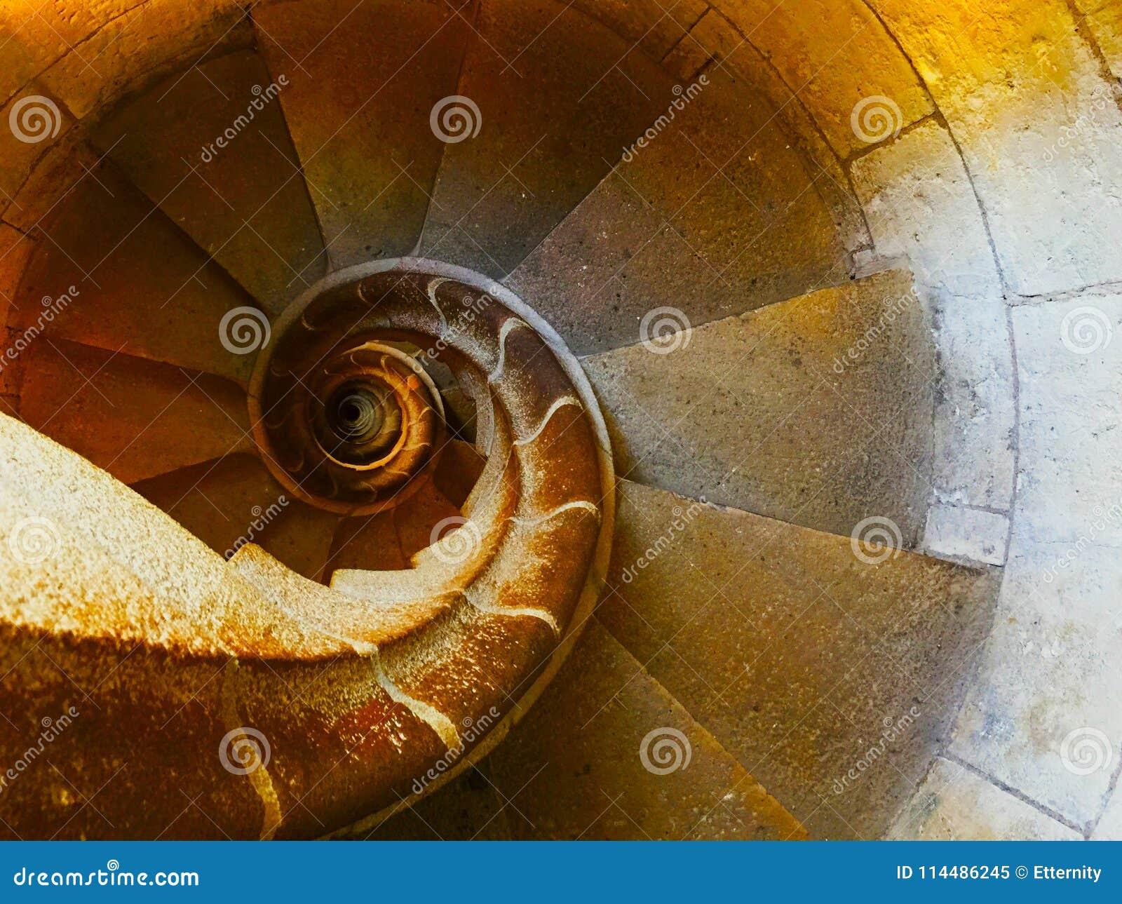 Спиральные лестницы Фибоначчи