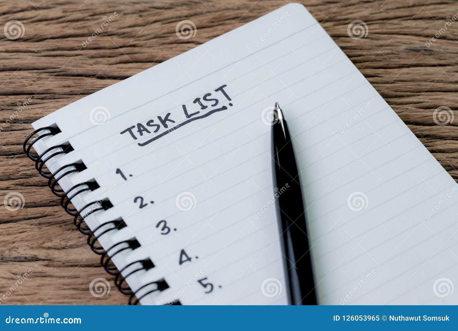 Список задач, концепция руководства проектом, ручка на notepa белой бумаги