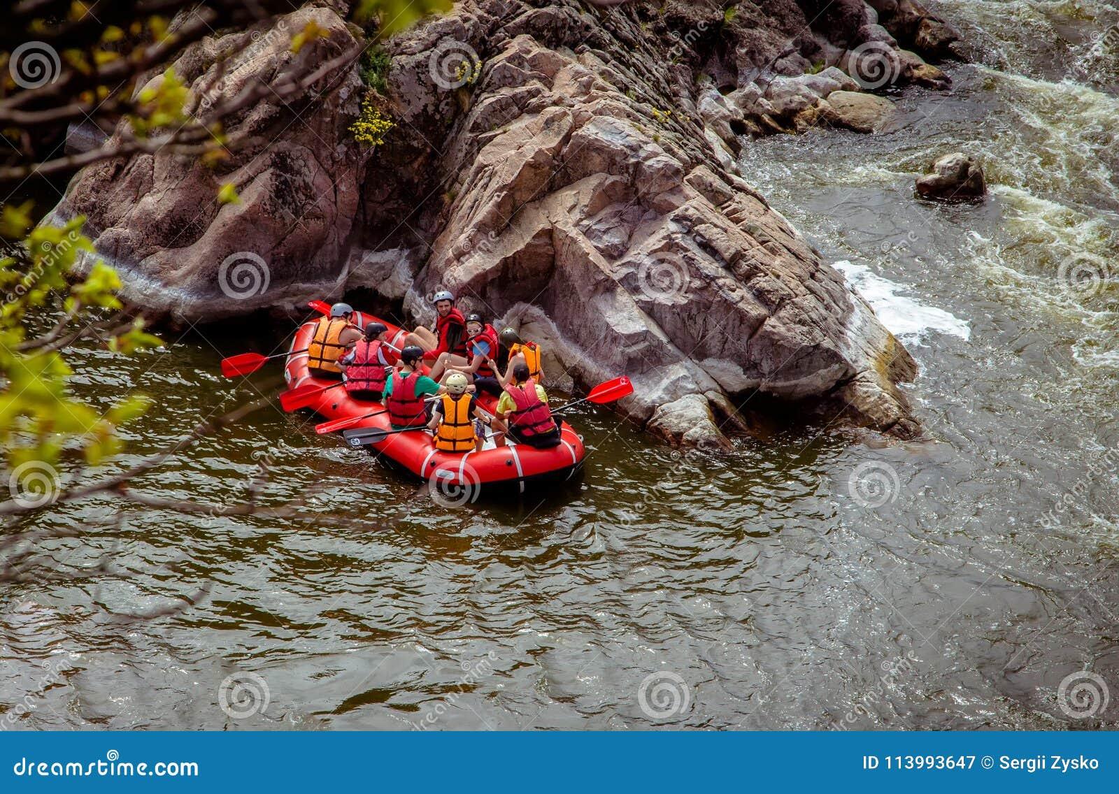 Сплавлять шлюпку на быстром реке горы Южная черепашка Украина