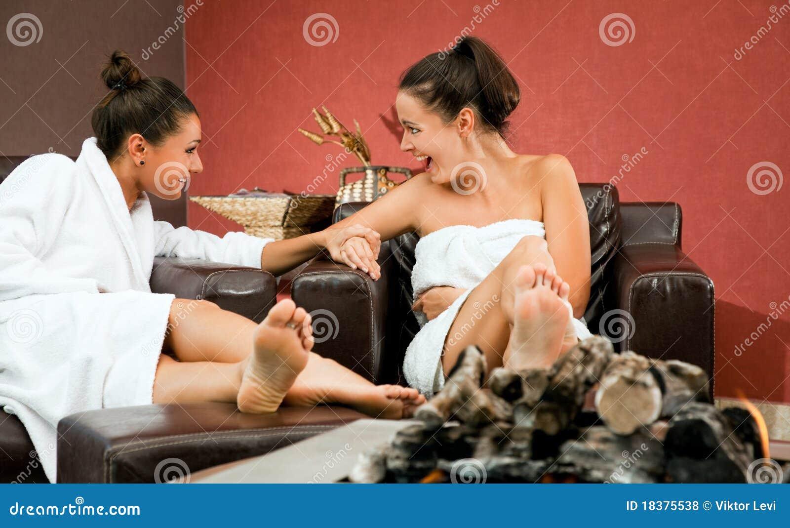 сплетня женщин ослабляет комнату