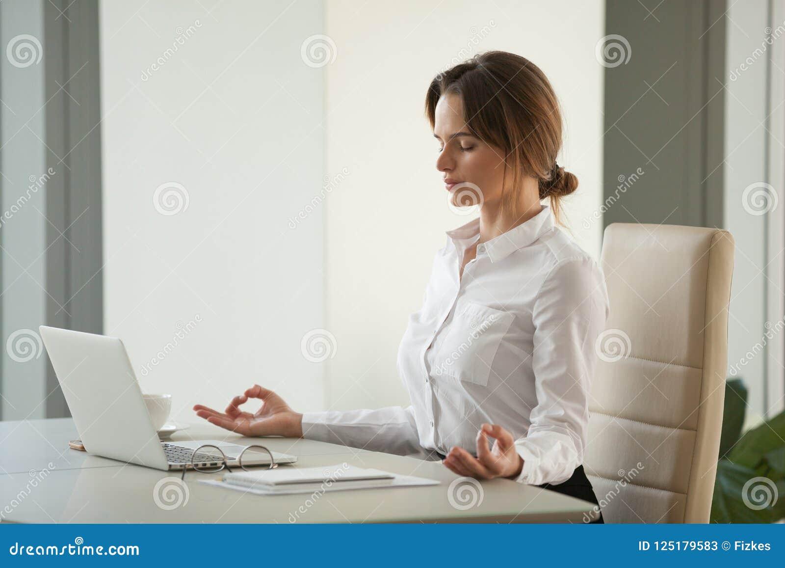 Спокойная заботливая коммерсантка размышляя на столе офиса с глазами c