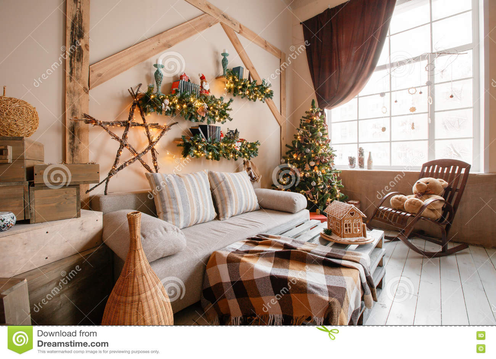Спокойное изображение внутренней современной домашней живущей комнаты украсило рождественскую елку и подарки, софу, таблицу покры