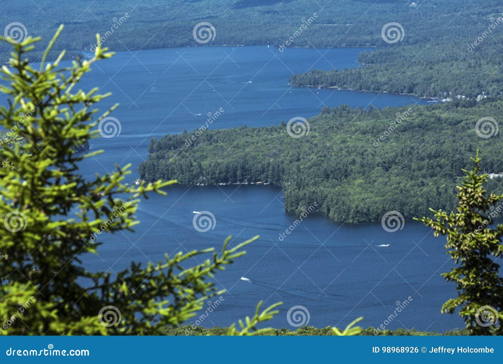 Спокойный вид на озеро Sunapee в летнем времени, Newbury, новое Hampsh