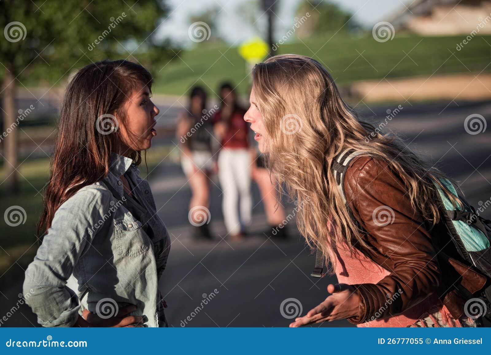 Спорить 2 девушок