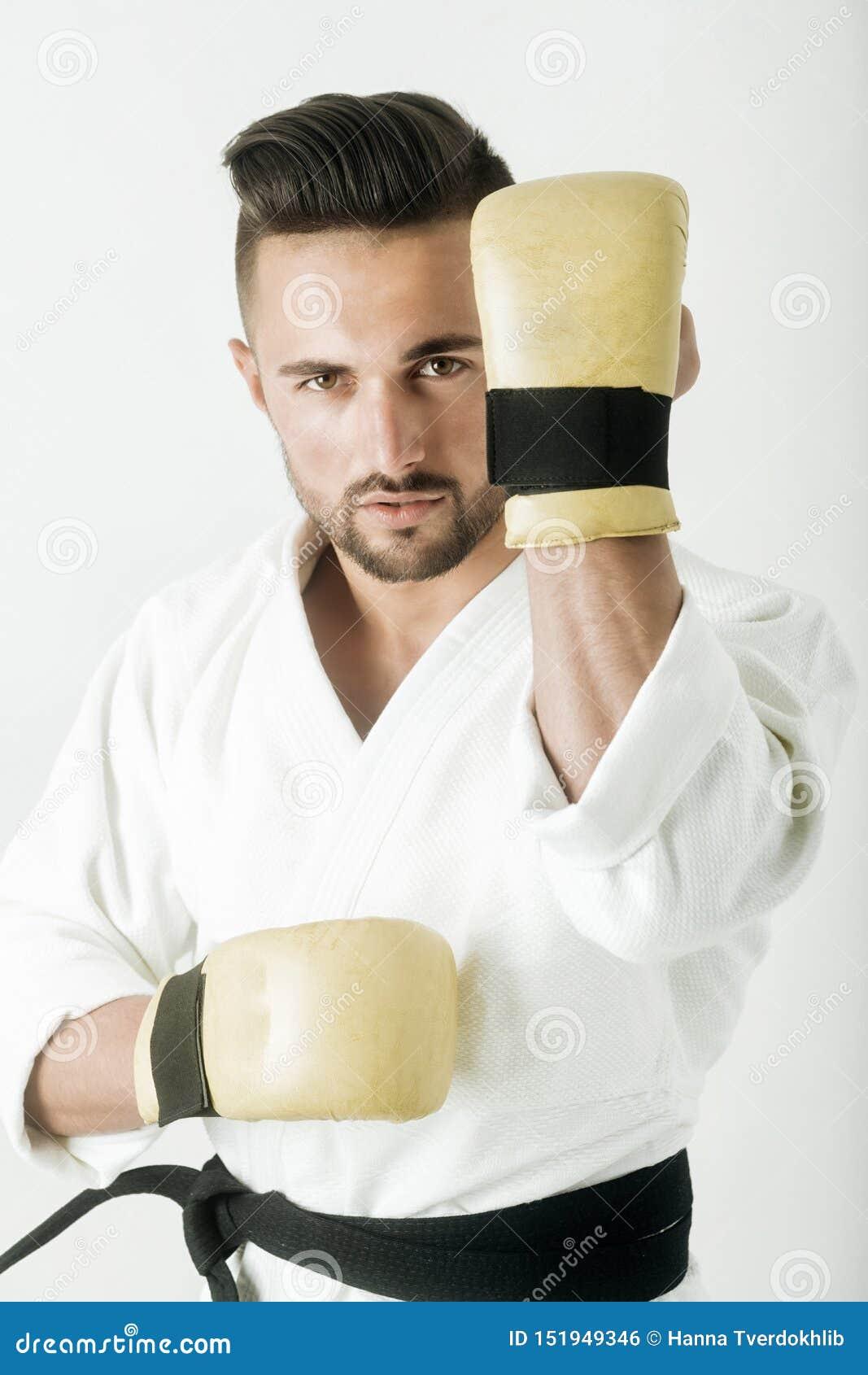 Спортзал, зала для карате Восточные боевые искусства Привлекательный воин в кимоно Красивый спортсмен с бородой Защитительный