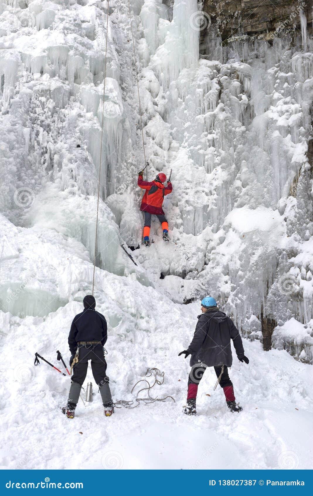 Спортсмены на падениях Manyavsky в зиму