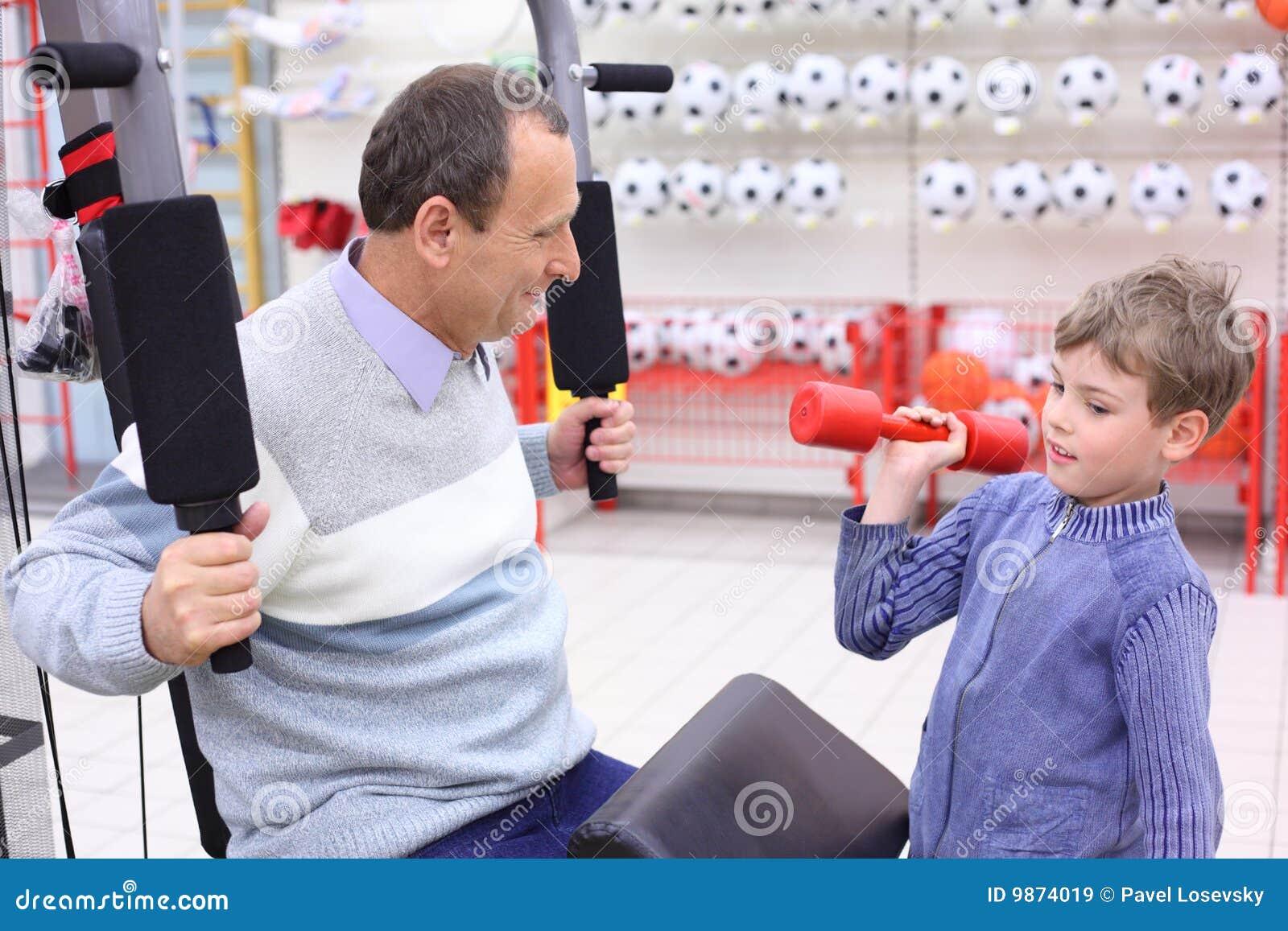 спорты магазина человека exerciser мальчика пожилые