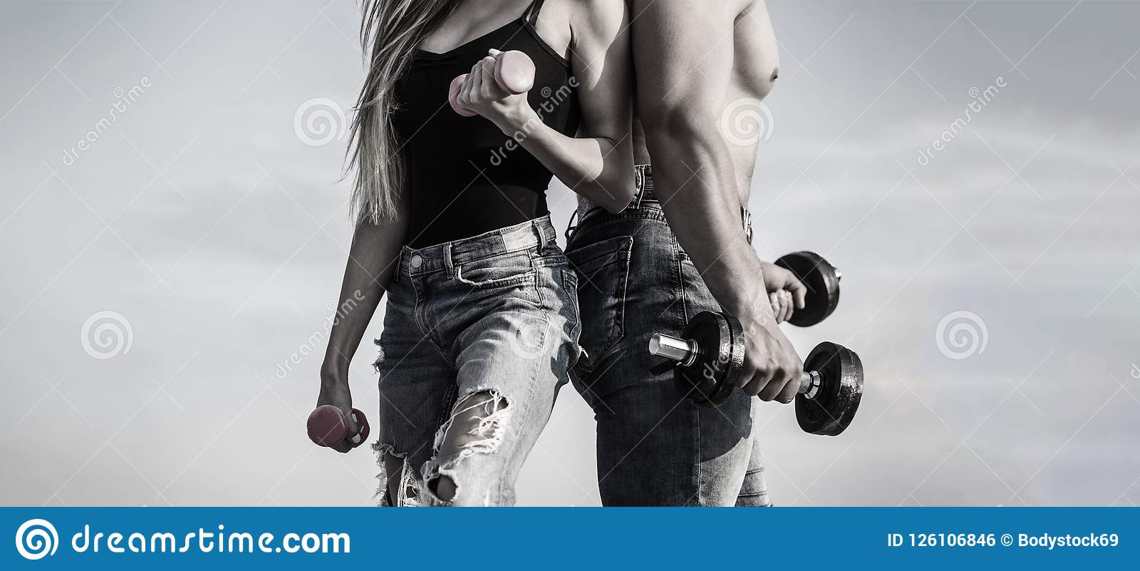 Спорт, гантель, фитнес, пара резвится Sportive женщина и человек, команда Sporty сексуальные пары показывая мышцу и разминку
