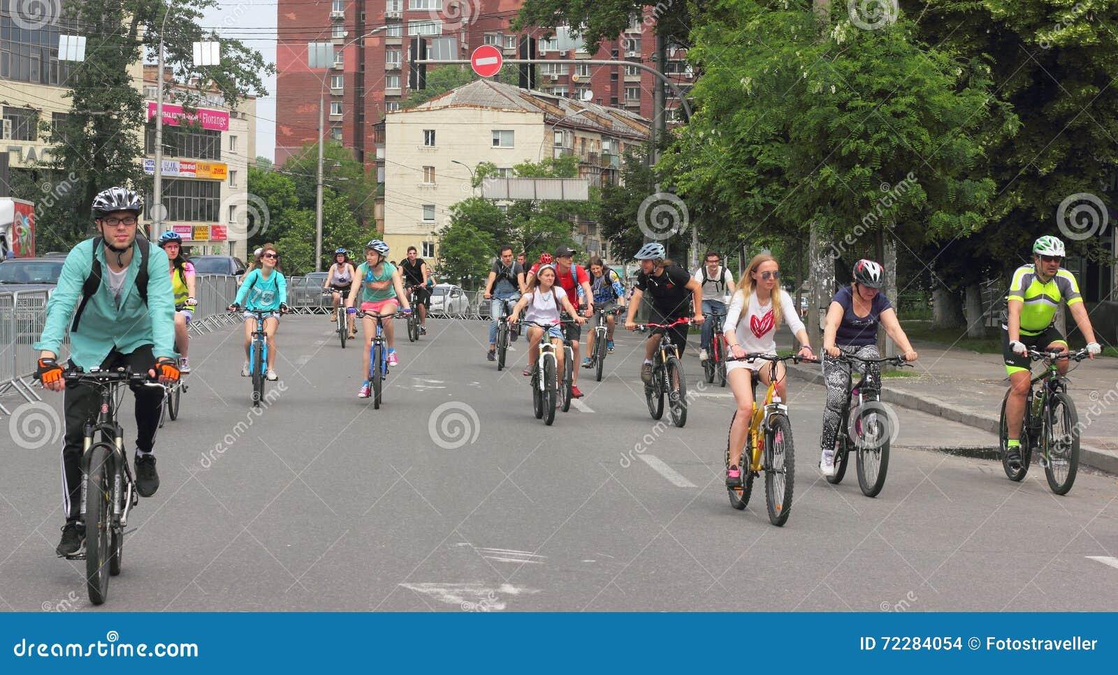 Download Спорт задействуя в городе редакционное стоковое изображение. изображение насчитывающей украинско - 72284054
