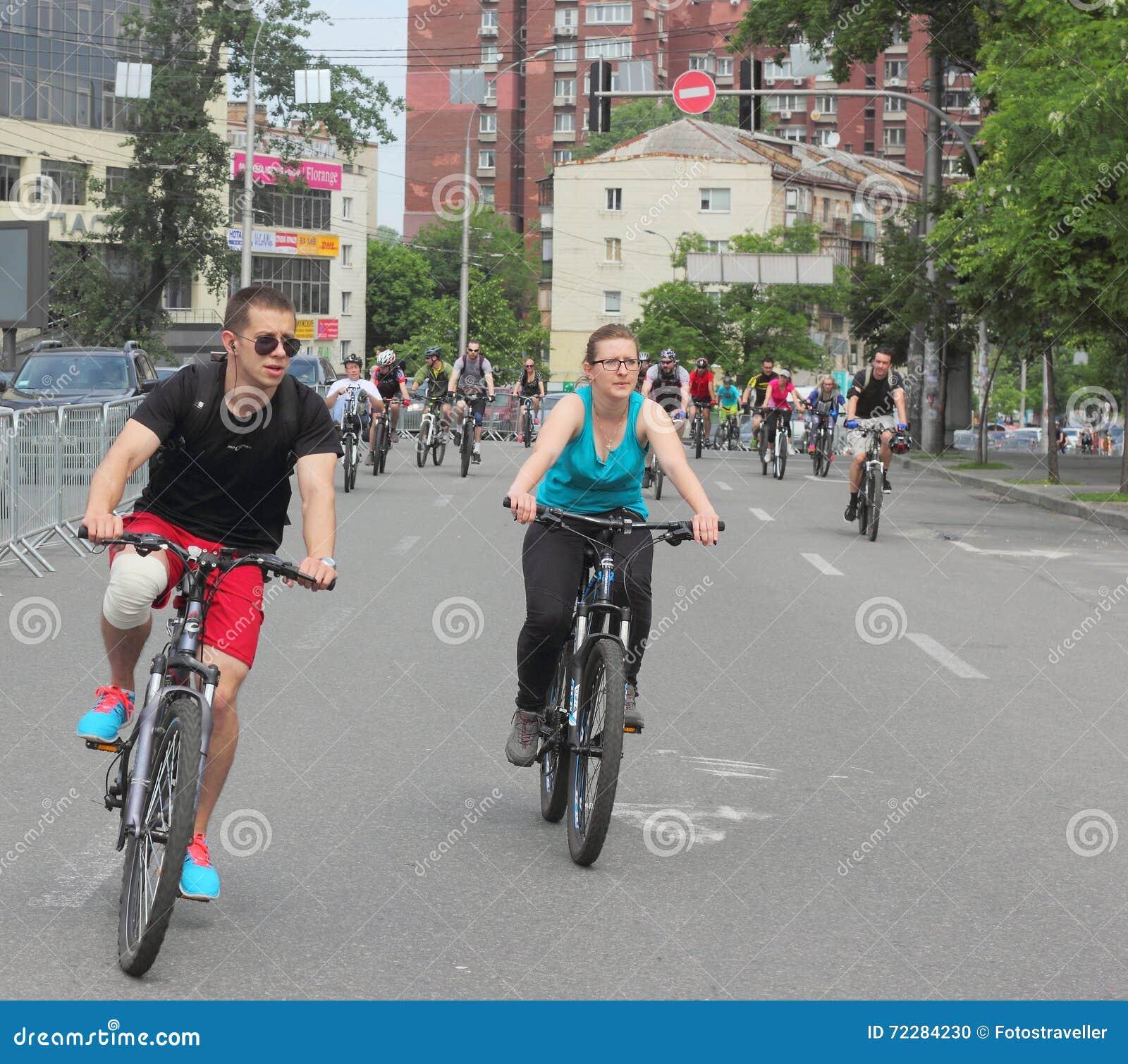 Download Спорт задействуя в городе редакционное изображение. изображение насчитывающей десятое - 72284230