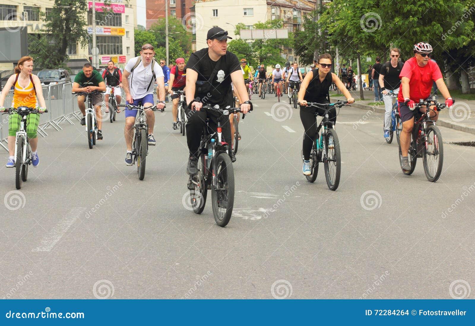 Download Спорт задействуя в городе редакционное стоковое изображение. изображение насчитывающей усмешка - 72284264
