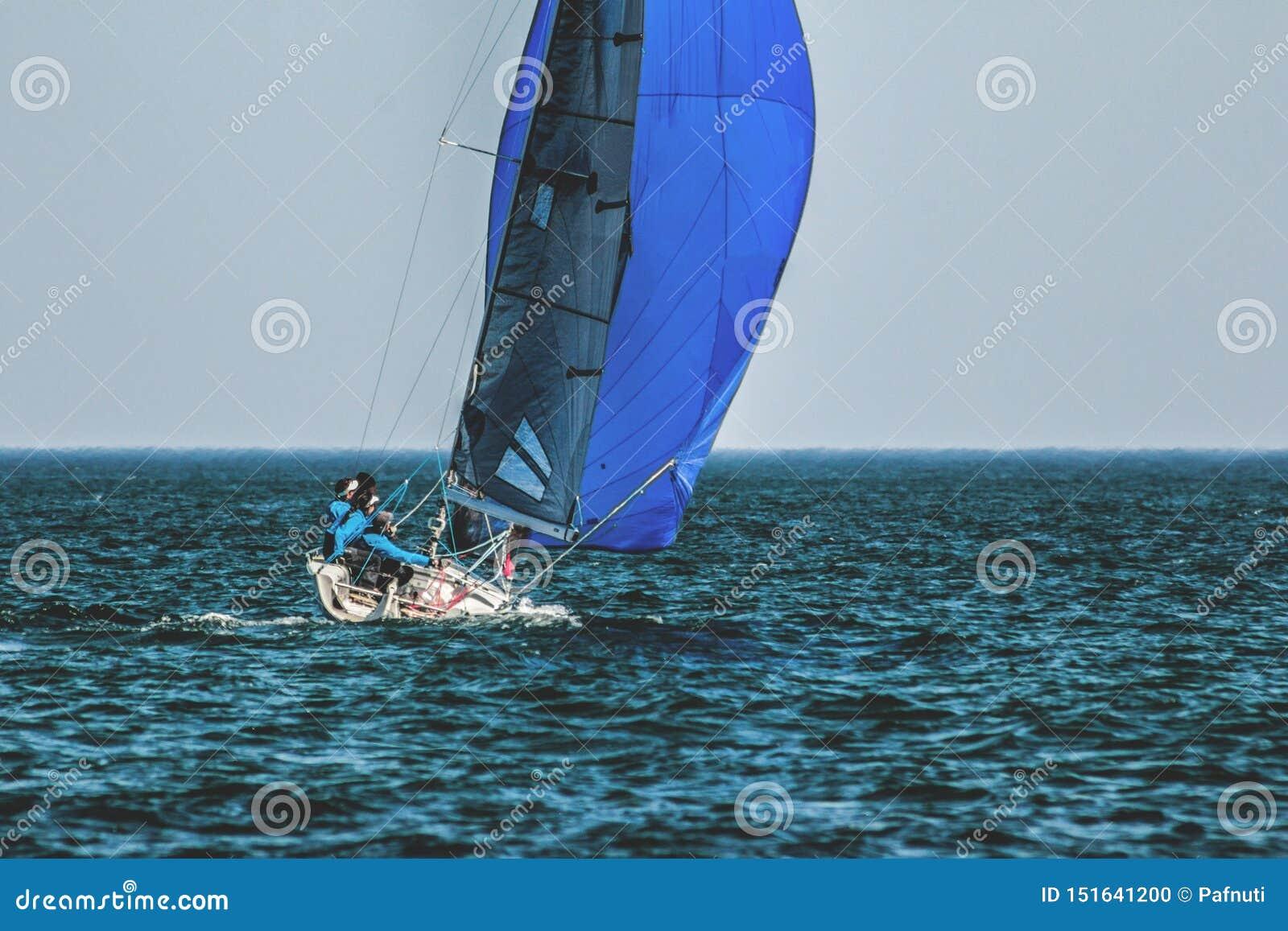 Спорт плавают на яхте с экипажем под полными ветрилами