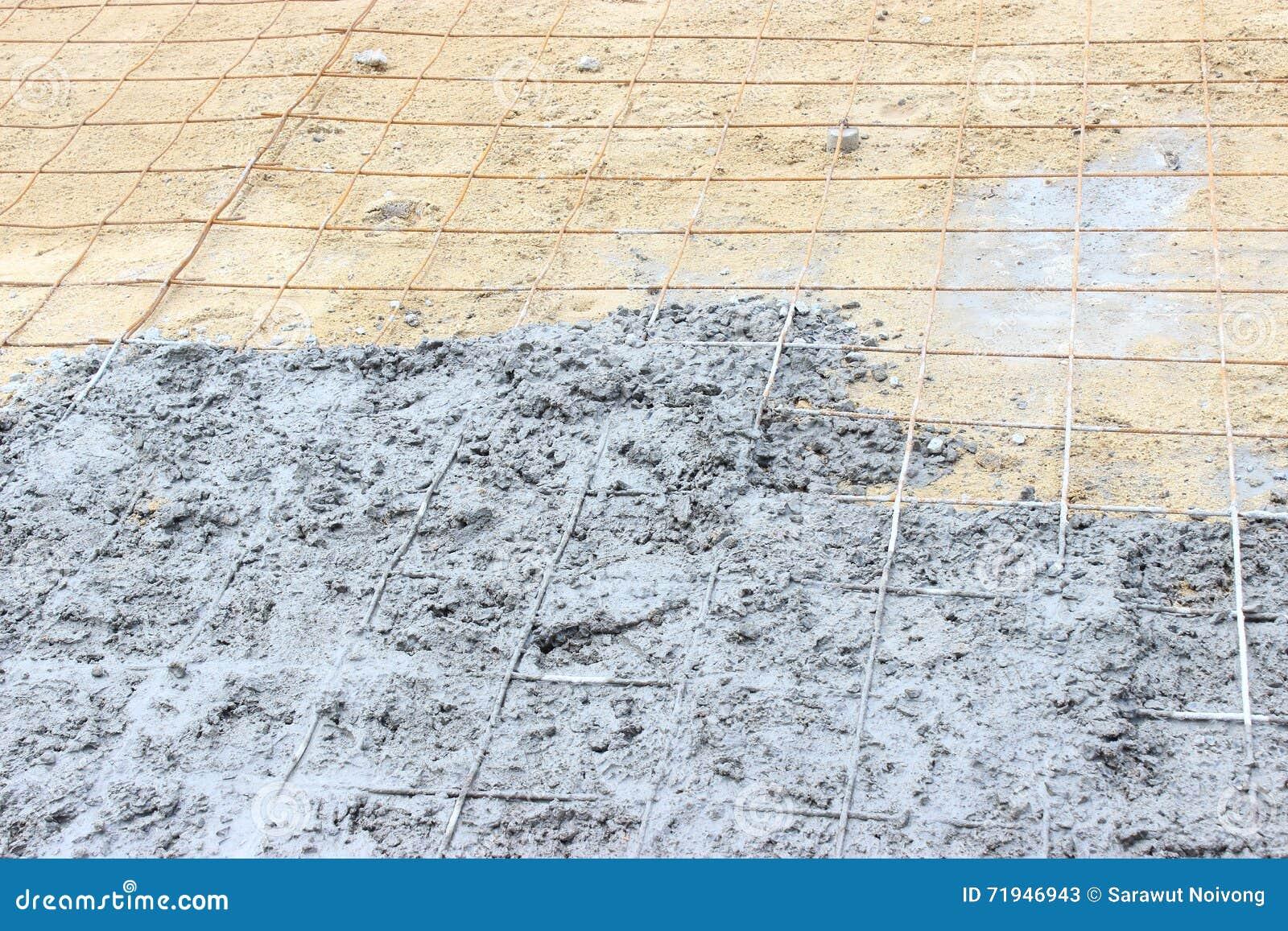 Справьтесь лить, цемент полейте на деформированных стальных прутах с проводами связи в строительной площадке