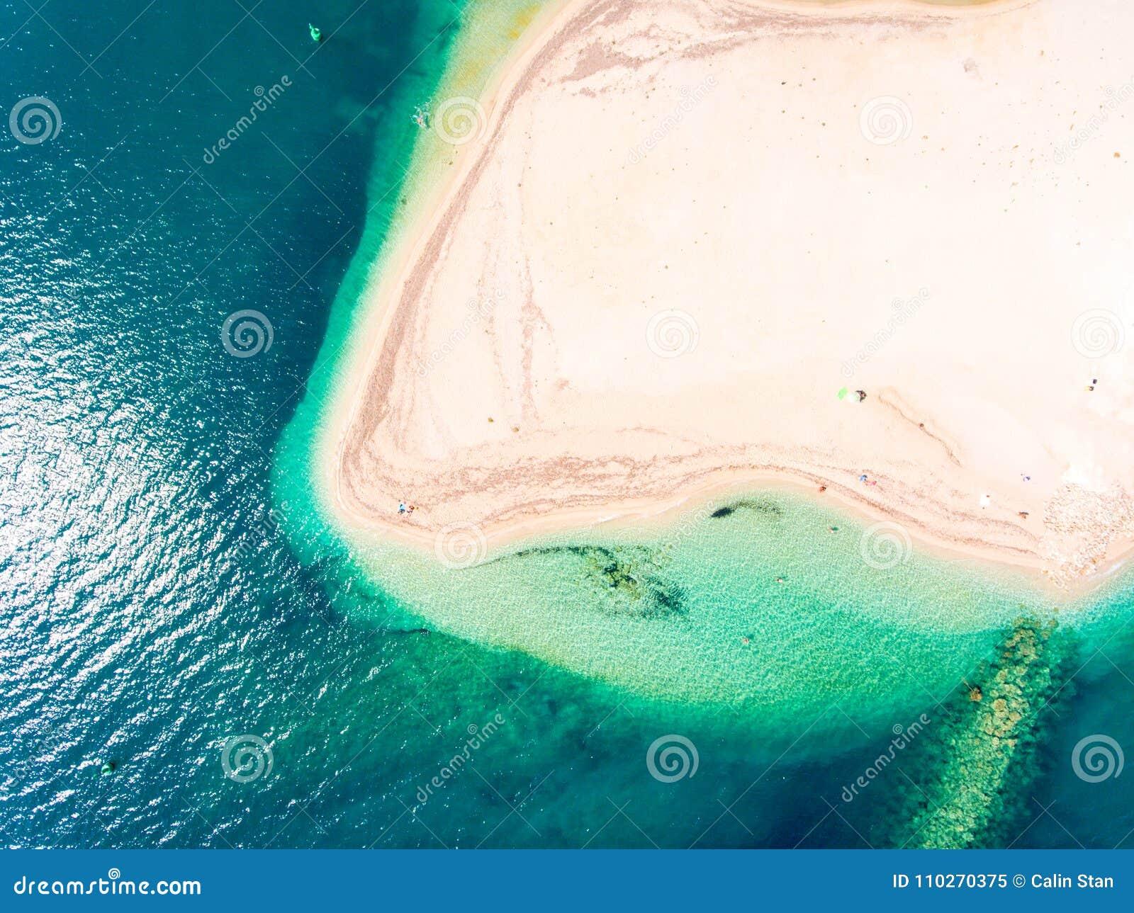 Спрятанный пляж в виде с воздуха верхней части Греции острова лефкас вниз