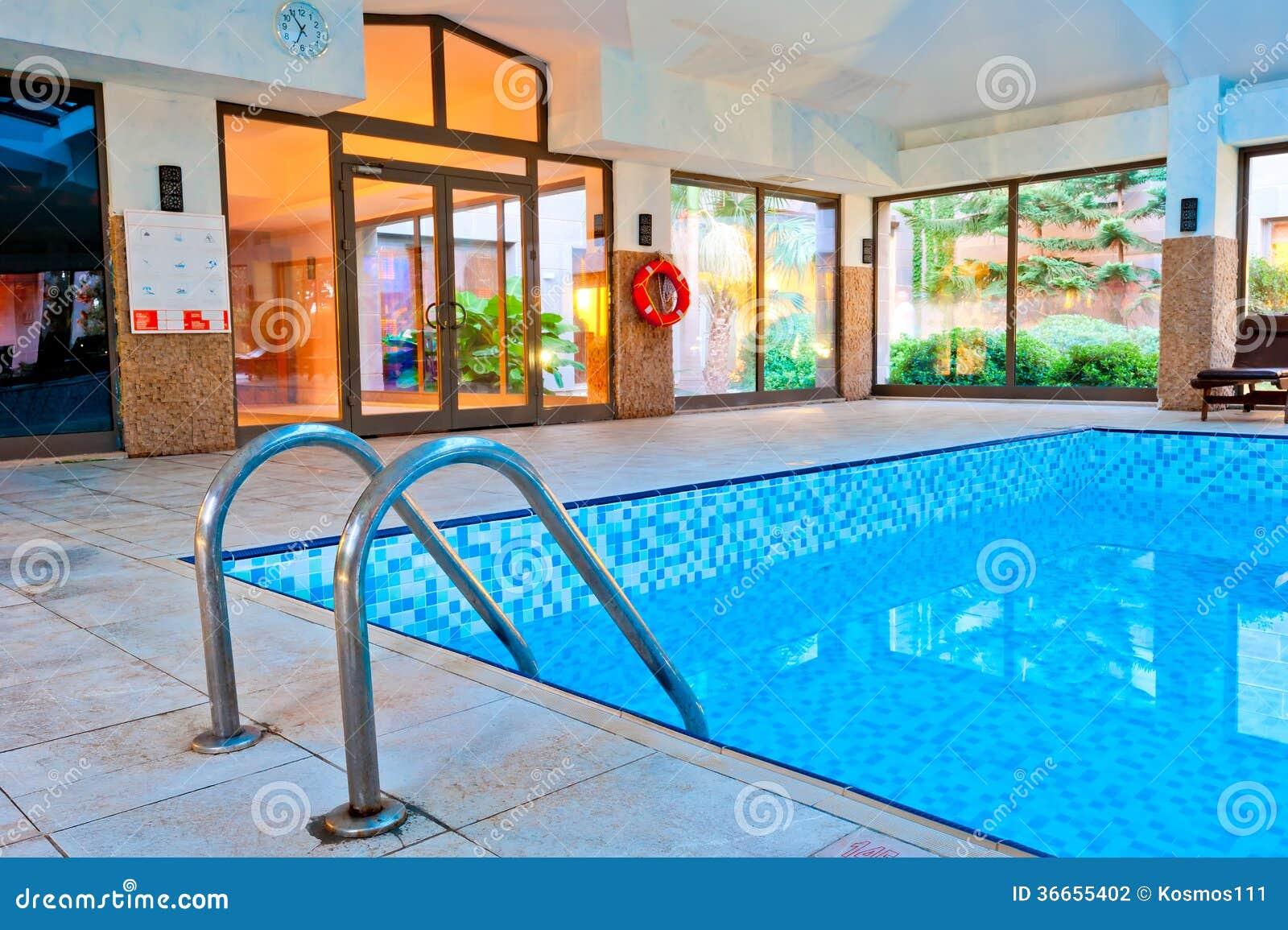 Спуск в бассейн, и спасательный жилет на стене