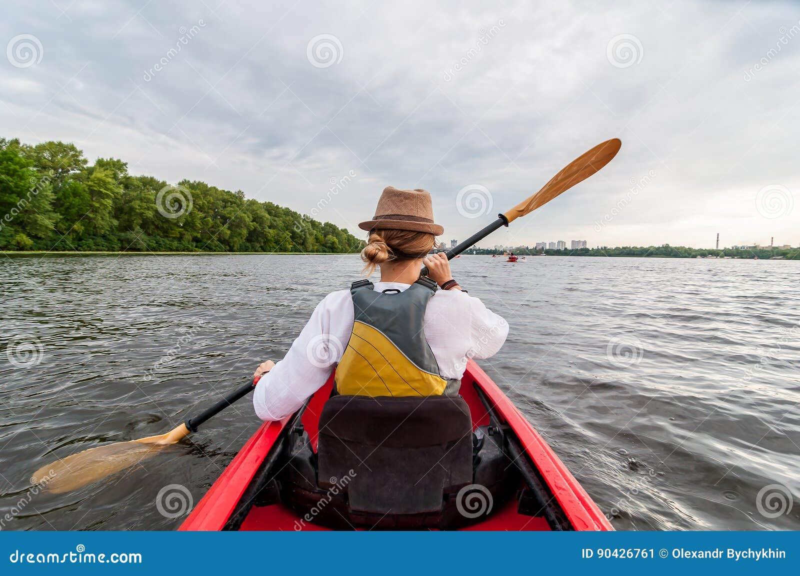Сплавляться перемещение Молодая дама полоща красный каяк задний взгляд Приключение праздника и лета