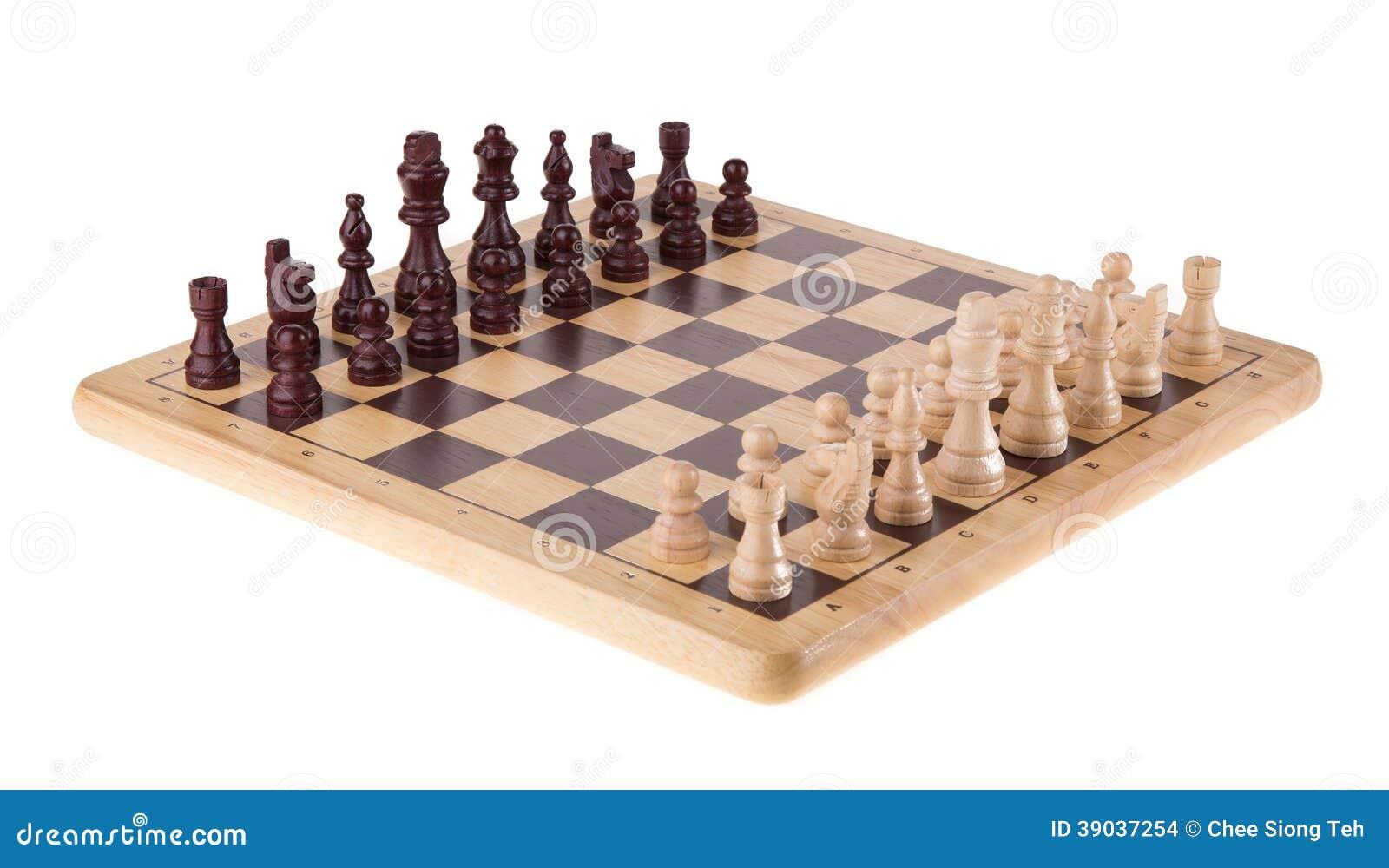 Сражение шахмат на деревянной доске