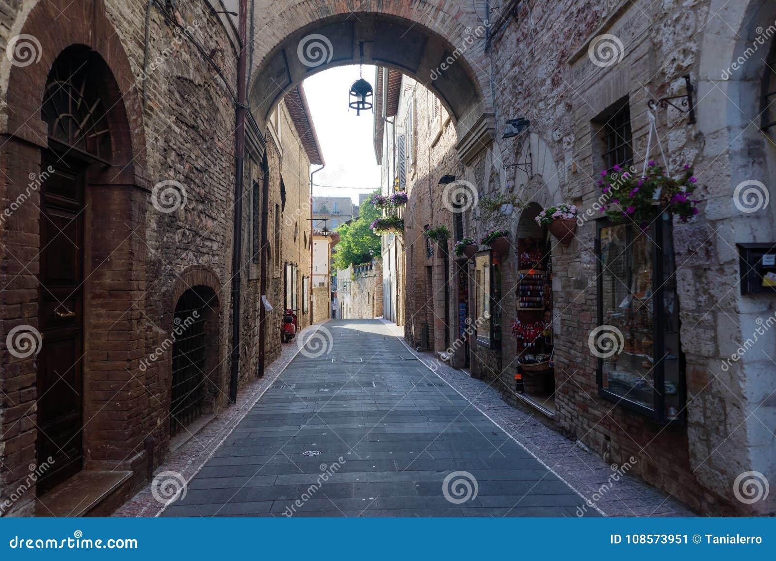 Средневековая улица в итальянском городке холма Assisi